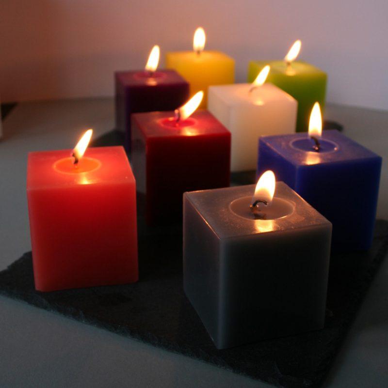 farbenfrohe Kerzen, brennend